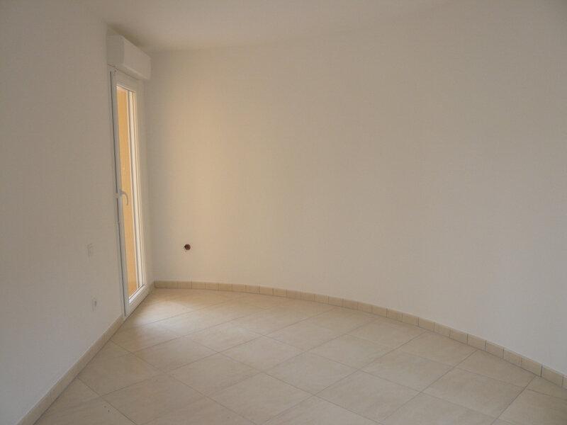 Appartement à louer 2 50.7m2 à Saint-Raphaël vignette-4