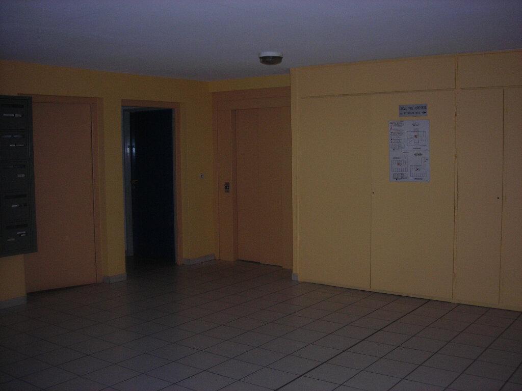 Appartement à louer 1 16m2 à Nîmes vignette-3