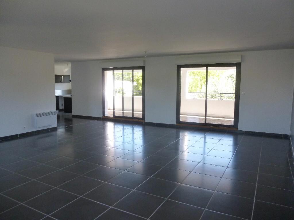 Appartement à louer 4 106m2 à Nîmes vignette-1