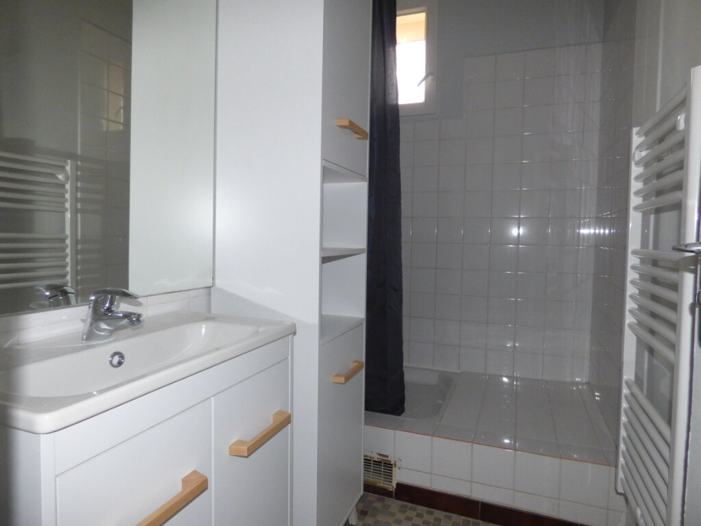 Appartement à louer 4 64.56m2 à Nîmes vignette-2