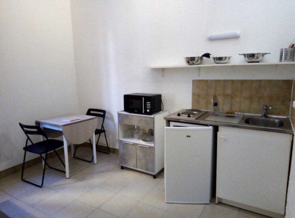 Appartement à louer 1 15m2 à Nîmes vignette-4