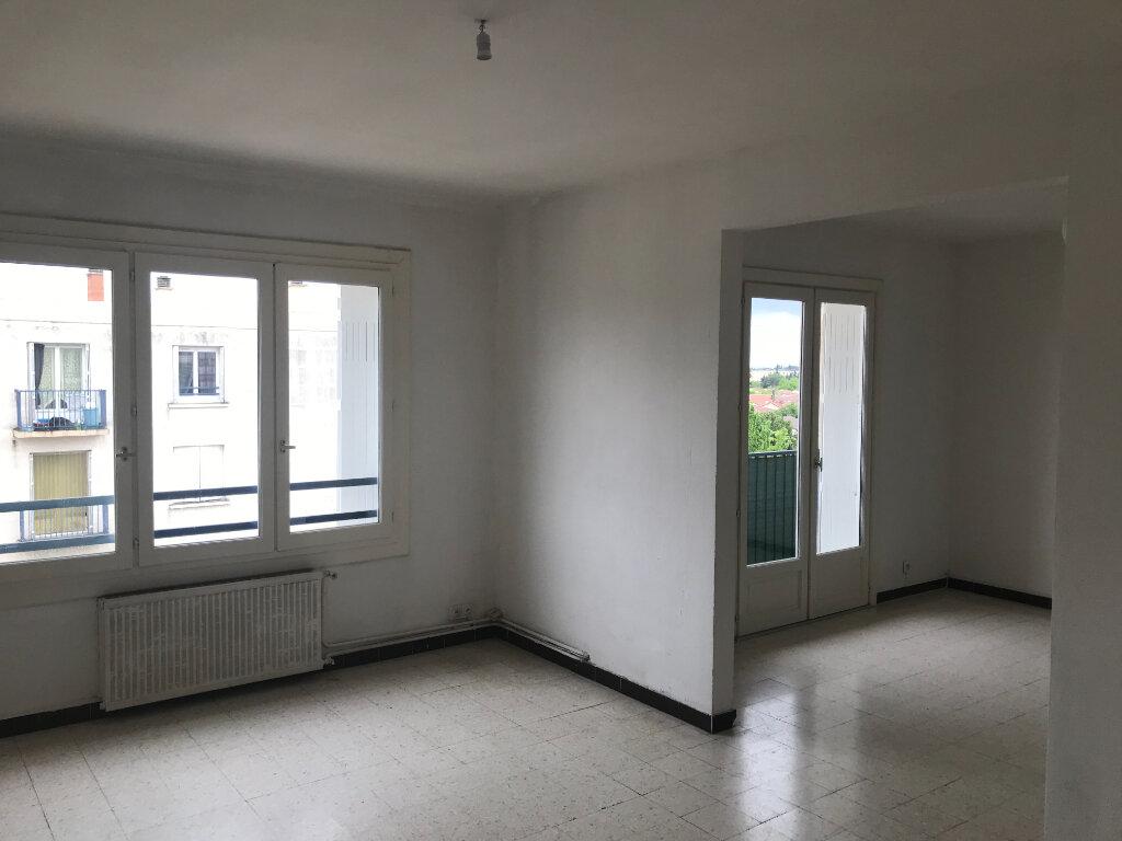 Appartement à louer 4 89.84m2 à Nîmes vignette-1