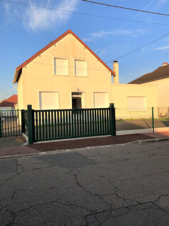 Maison à louer 5 117m2 à Saint-Jean-de-la-Ruelle vignette-1
