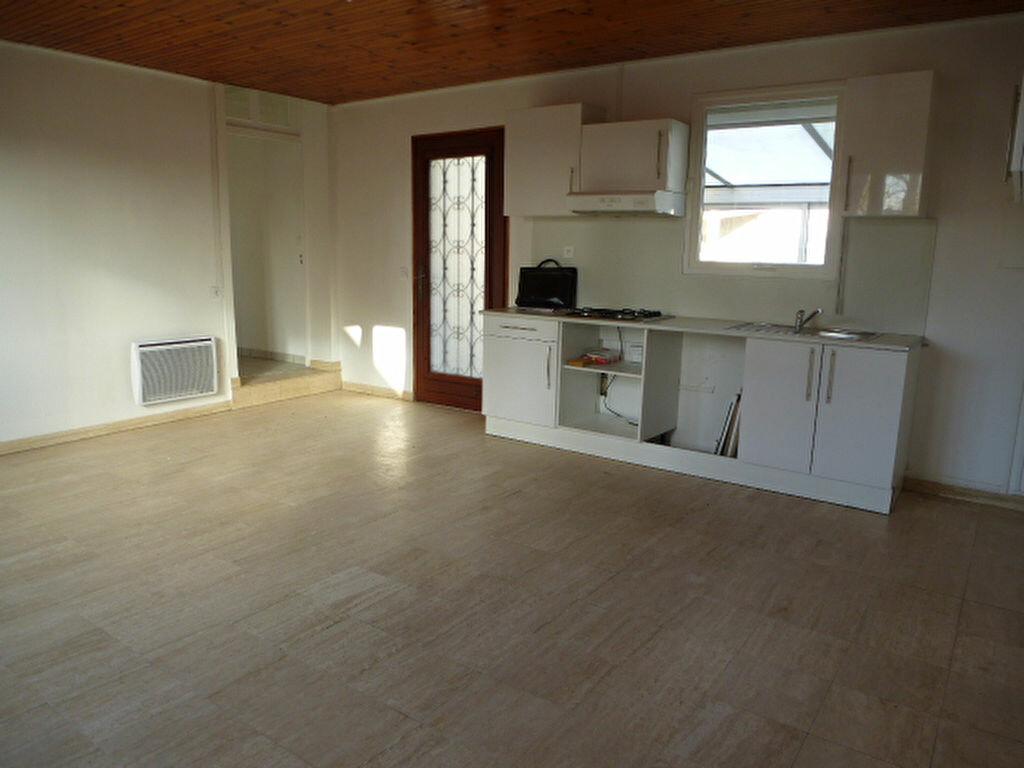 Maison à louer 5 117m2 à Saint-Jean-de-la-Ruelle vignette-2