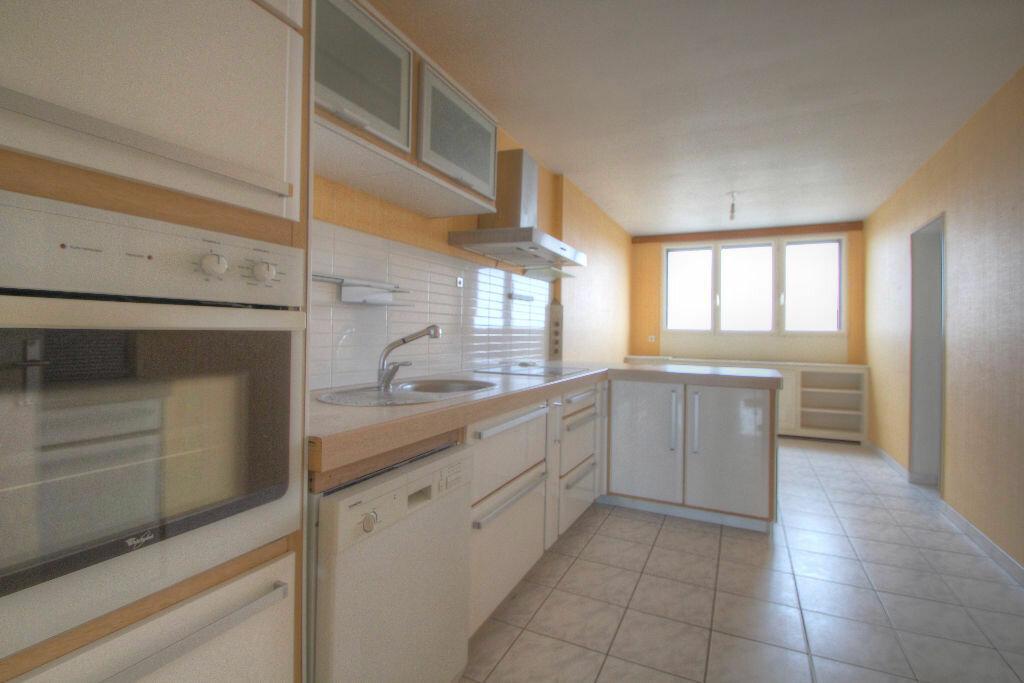 Appartement à louer 4 105m2 à Saint-Jean-de-la-Ruelle vignette-1