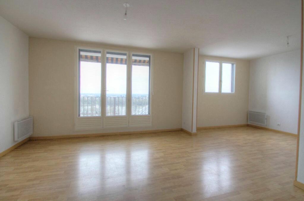 Appartement à louer 4 105m2 à Saint-Jean-de-la-Ruelle vignette-2