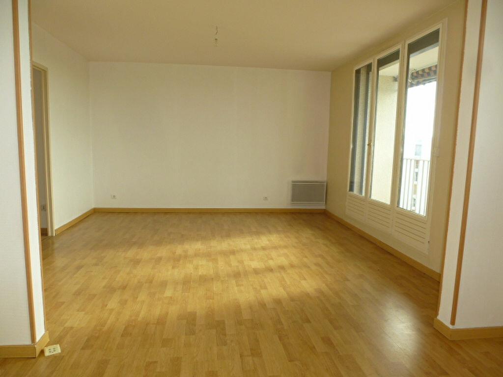 Appartement à louer 4 105m2 à Saint-Jean-de-la-Ruelle vignette-4