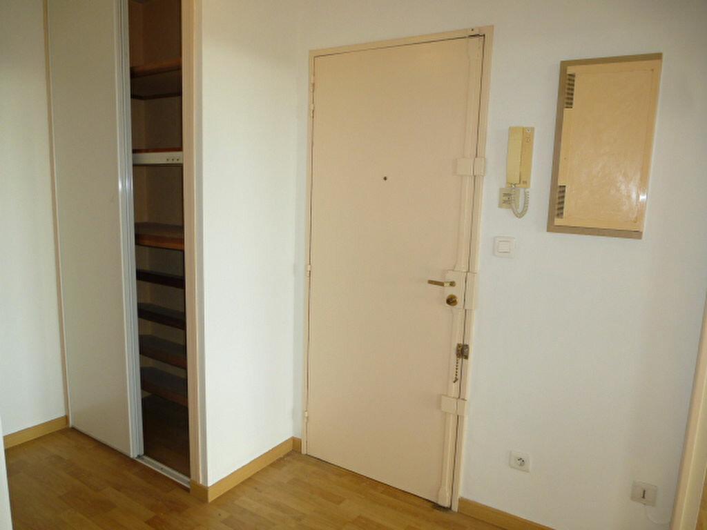 Appartement à louer 4 105m2 à Saint-Jean-de-la-Ruelle vignette-5
