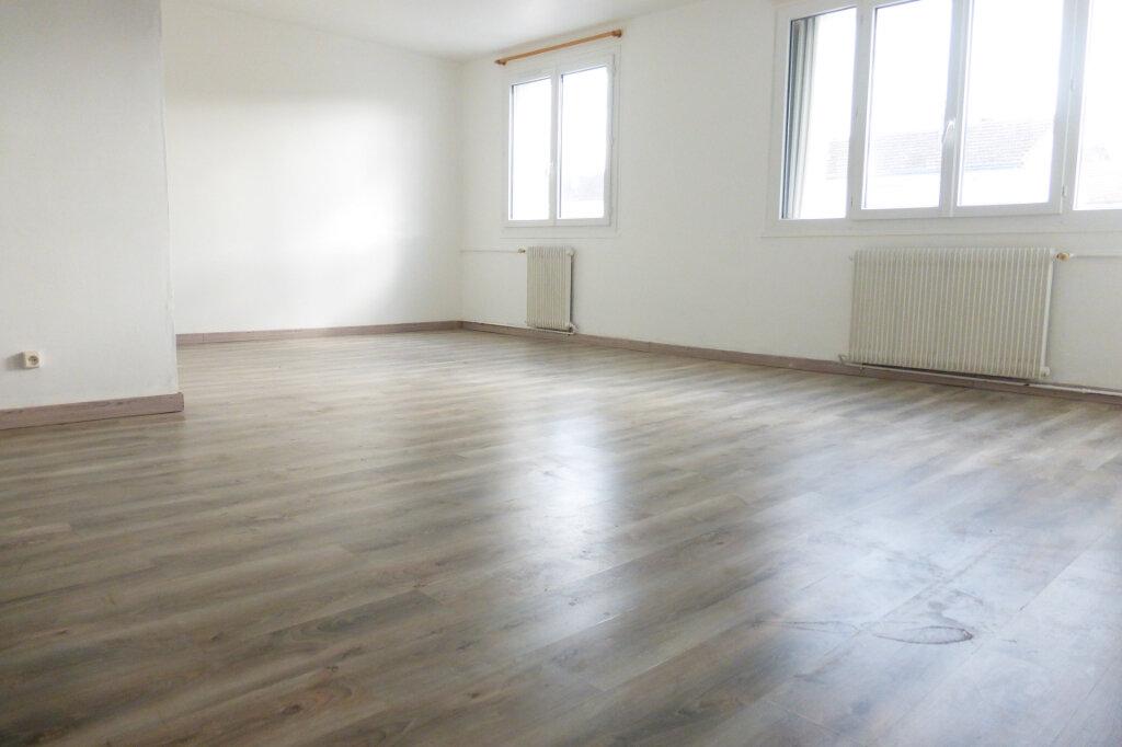 Appartement à louer 3 69.96m2 à Saint-Jean-de-la-Ruelle vignette-1