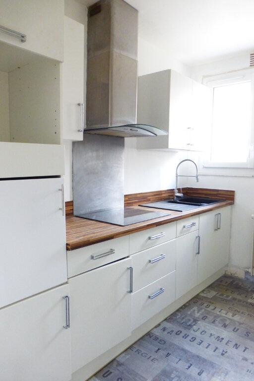 Appartement à louer 3 69.96m2 à Saint-Jean-de-la-Ruelle vignette-2