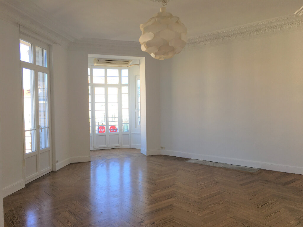 Appartement à louer 4 172.03m2 à Nice vignette-4