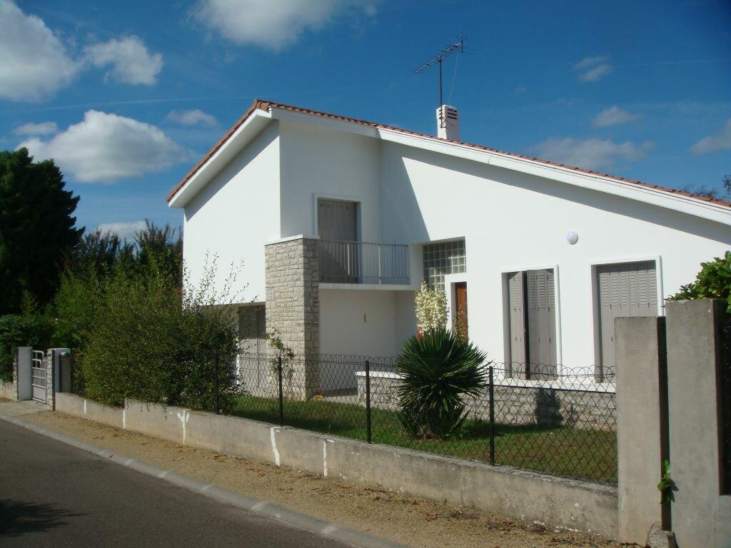 Maison à louer 5 104m2 à Saint-Pierre-du-Mont vignette-1