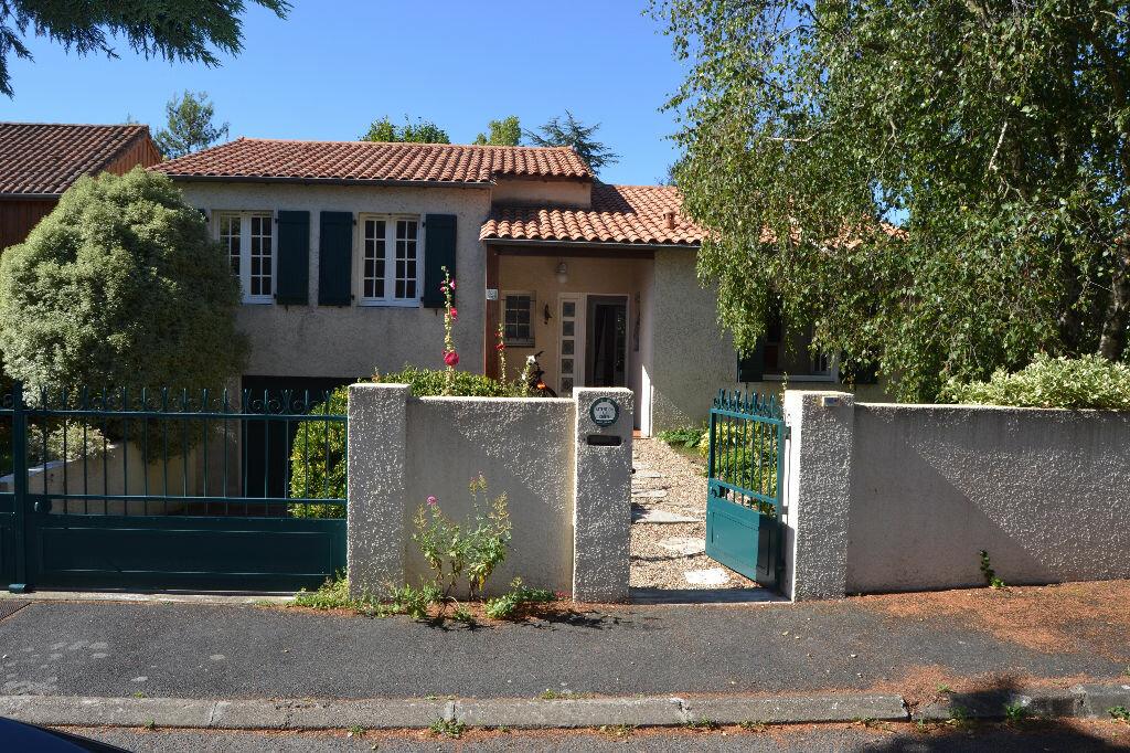 Maison à louer 5 103m2 à La Rochelle vignette-1