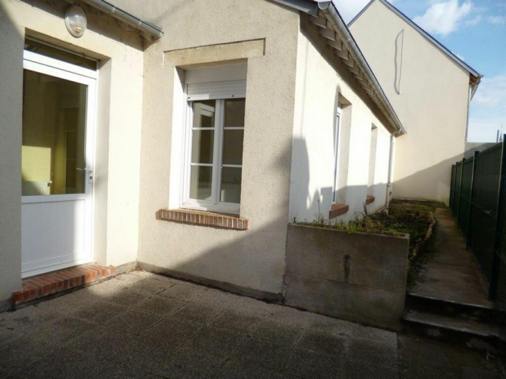 Appartement à louer 2 34m2 à Saint-Denis-de-l'Hôtel vignette-1