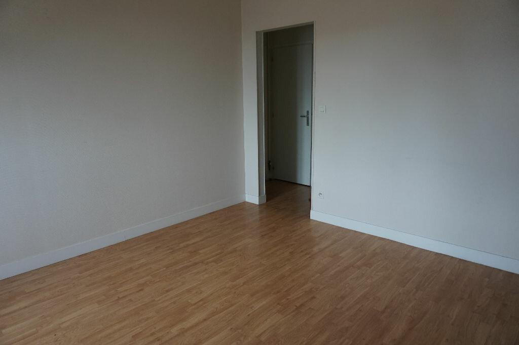 Appartement à louer 2 59m2 à Saint-Denis-de-l'Hôtel vignette-2