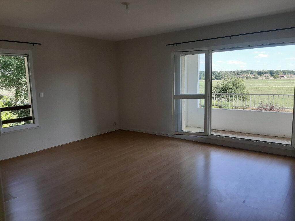 Appartement à louer 3 73m2 à Les Bordes vignette-1