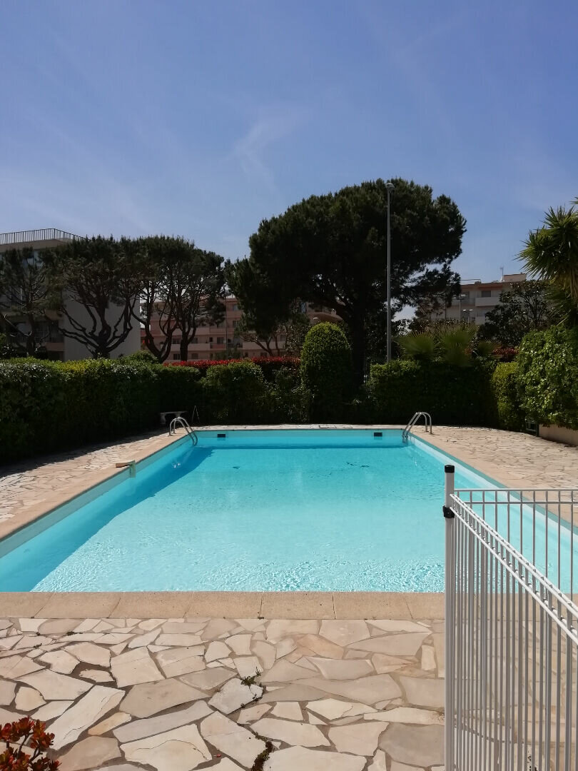 Appartement à louer 1 29m2 à Saint-Laurent-du-Var vignette-1