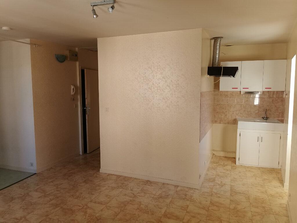 Appartement à louer 2 34m2 à Villefranche-de-Rouergue vignette-2