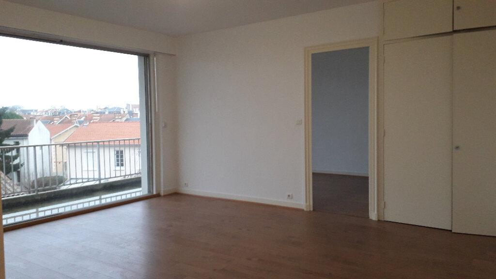 Appartement à louer 2 56m2 à La Rochelle vignette-1