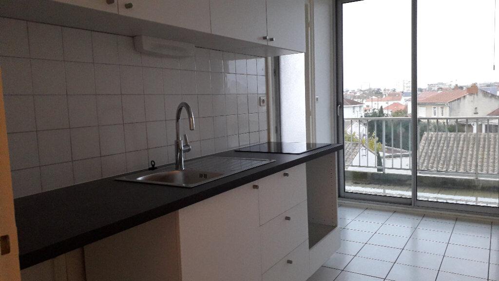Appartement à louer 2 56m2 à La Rochelle vignette-5