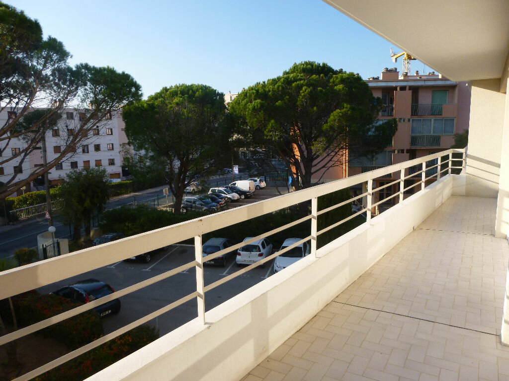 Appartement à louer 2 48m2 à Saint-Raphaël vignette-3