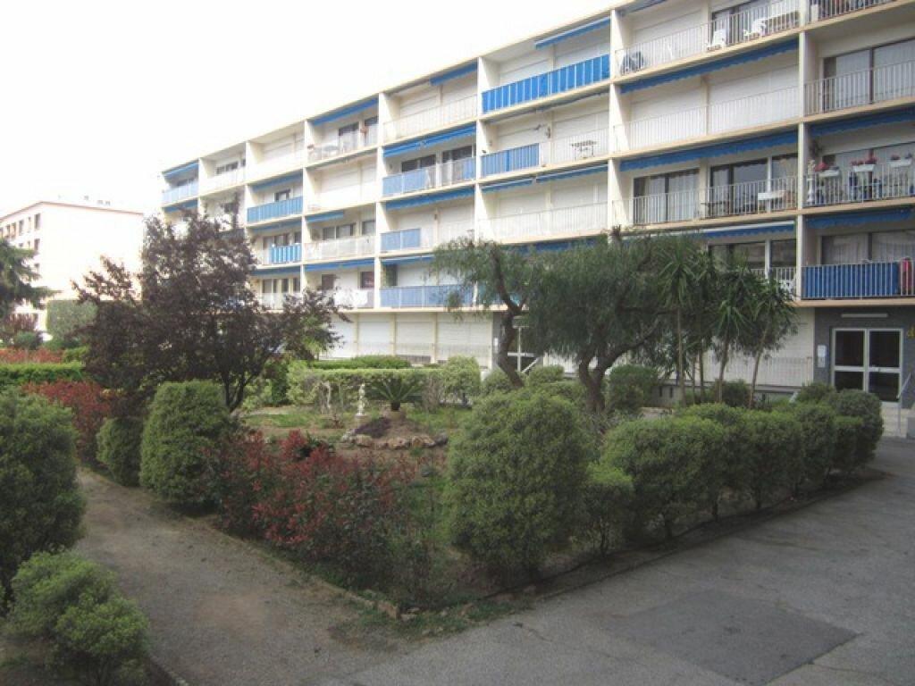 Appartement à louer 3 55m2 à Fréjus vignette-1