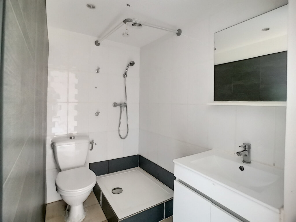 Appartement à louer 1 23m2 à Fréjus vignette-3