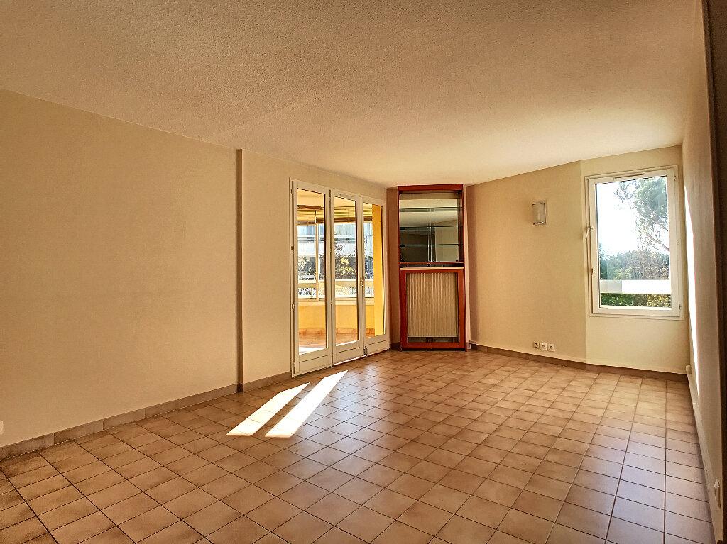 Appartement à louer 3 70m2 à Fréjus vignette-2