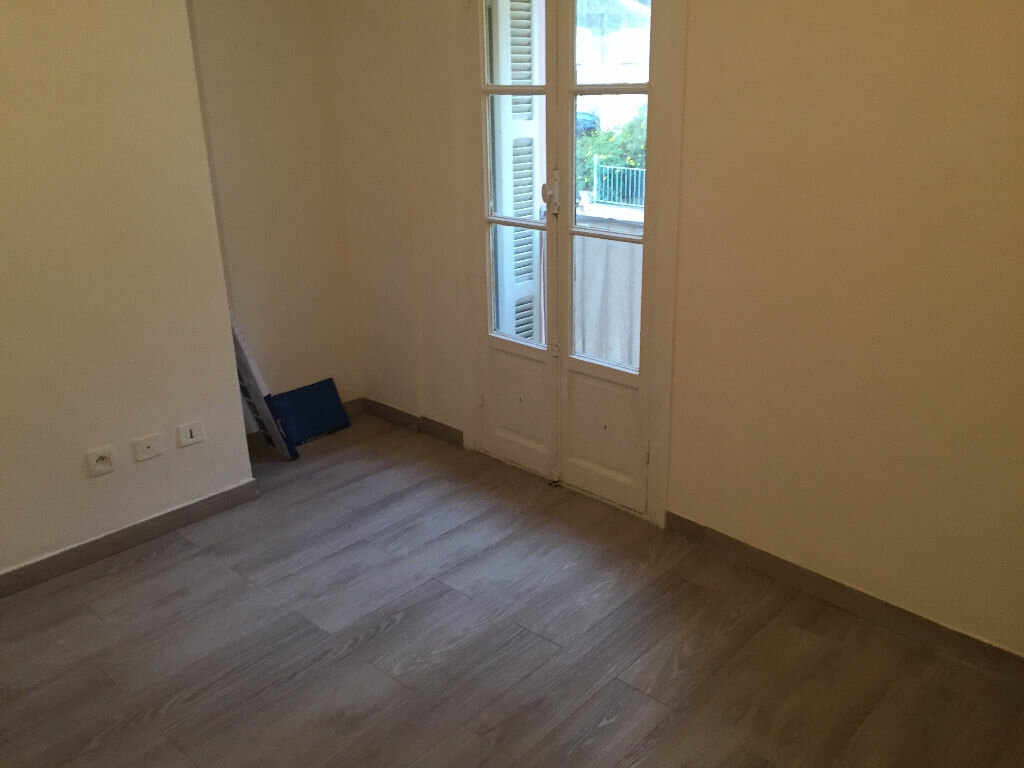Appartement à louer 1 13m2 à Saint-Laurent-du-Var vignette-1