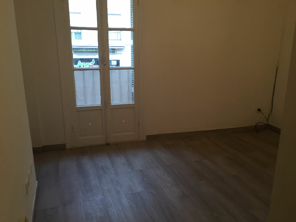 Appartement à louer 1 13m2 à Saint-Laurent-du-Var vignette-2