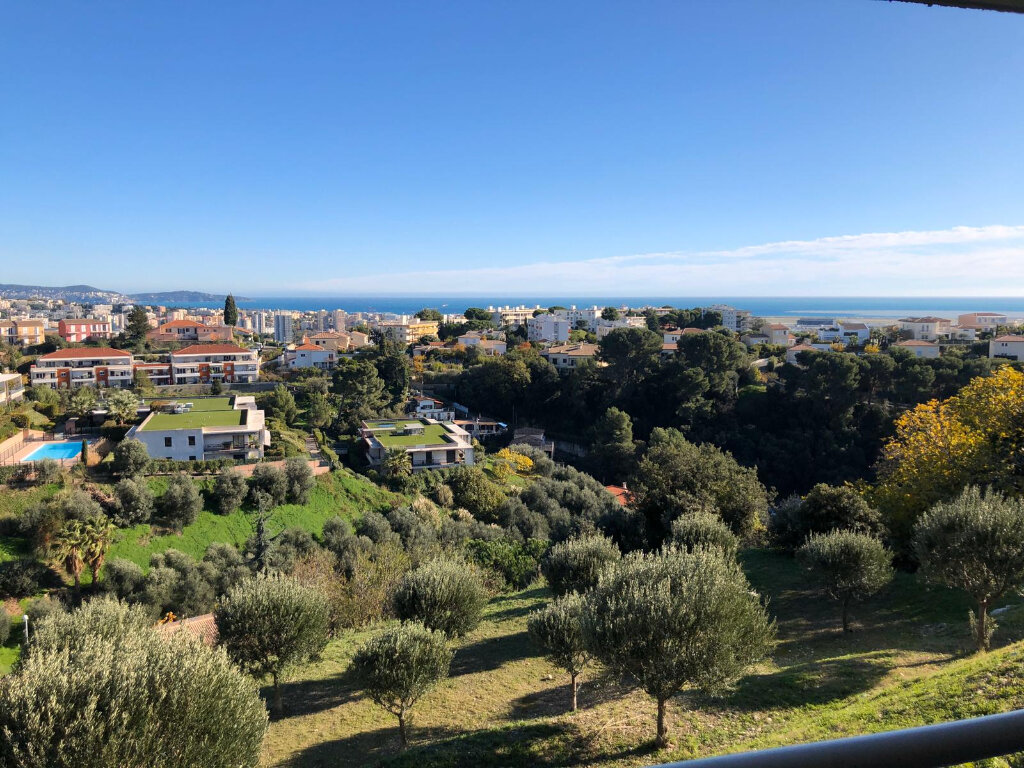 Appartement à vendre 3 69m2 à Saint-Laurent-du-Var vignette-1