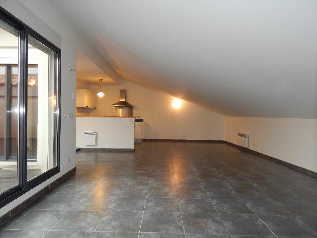 Appartement à louer 4 124.08m2 à Salon-de-Provence vignette-2