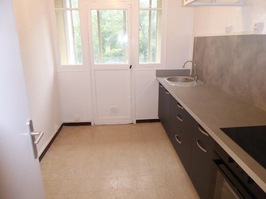 Appartement à louer 3 55.27m2 à Salon-de-Provence vignette-2