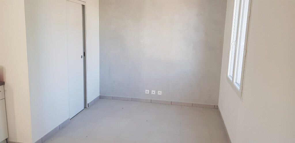 Appartement à vendre 1 21.69m2 à Saint-Mitre-les-Remparts vignette-3