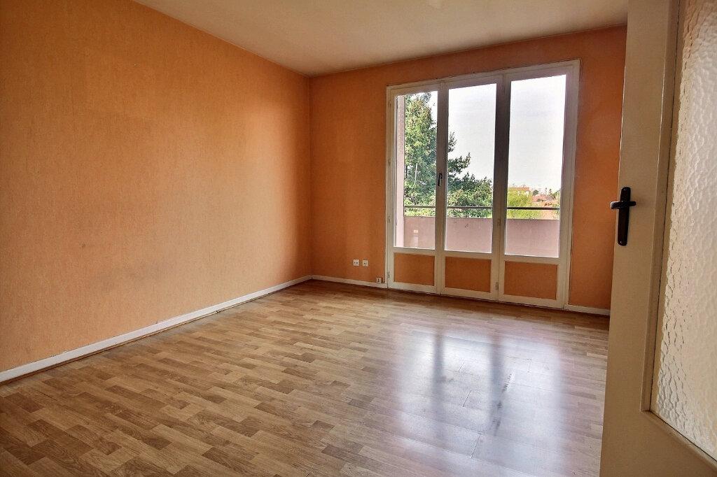 Appartement à louer 3 55m2 à Roanne vignette-1