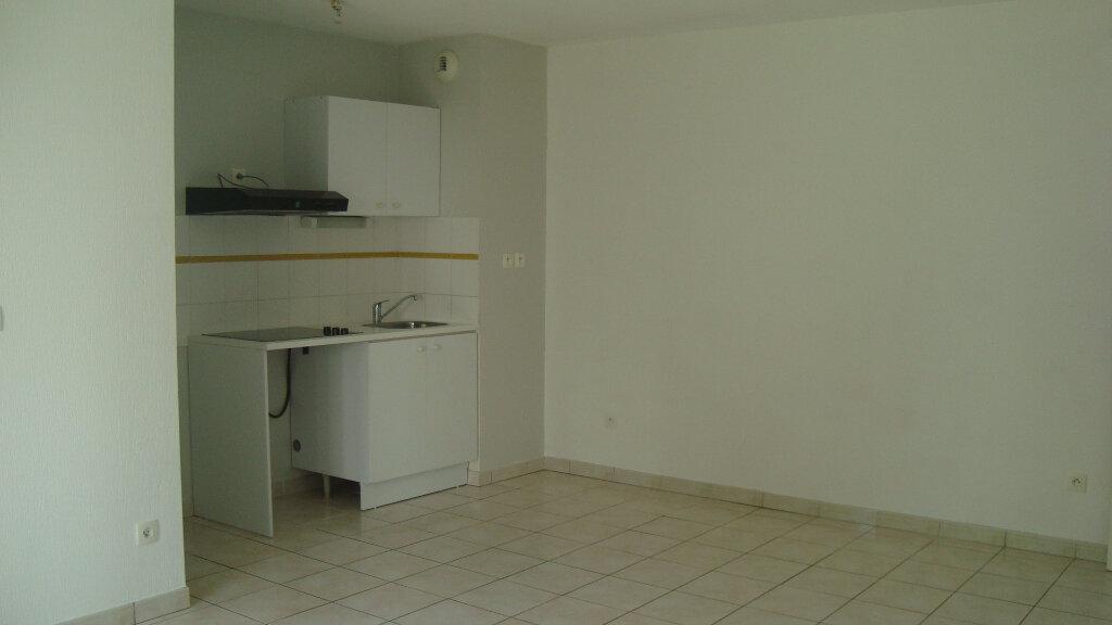 Appartement à louer 3 55.91m2 à Lunel vignette-3