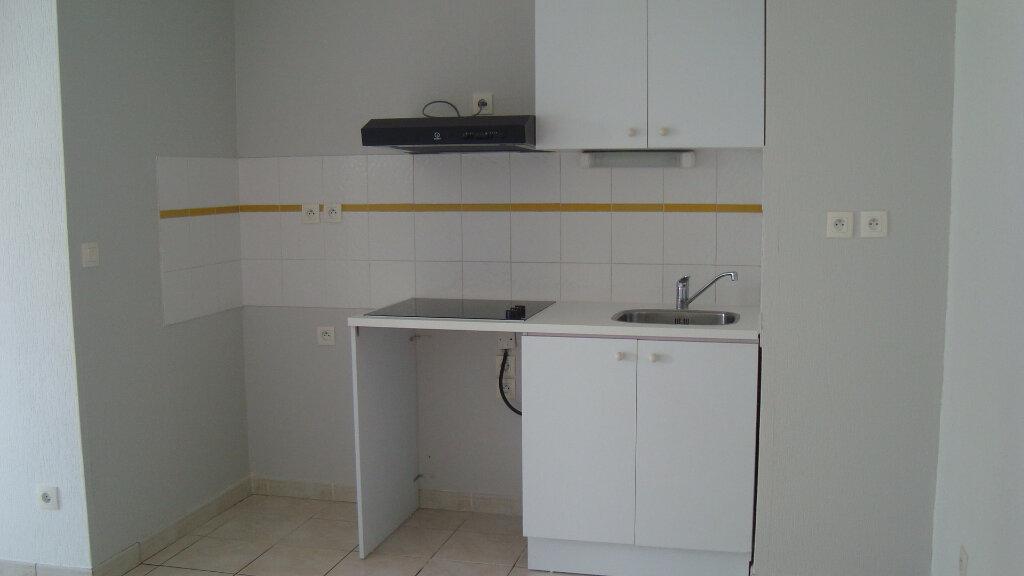 Appartement à louer 3 55.91m2 à Lunel vignette-4