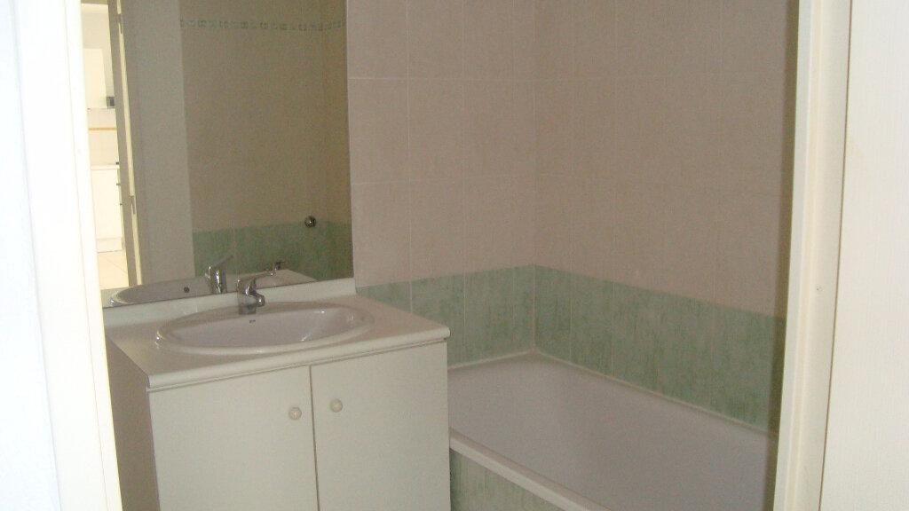 Appartement à louer 3 55.91m2 à Lunel vignette-5
