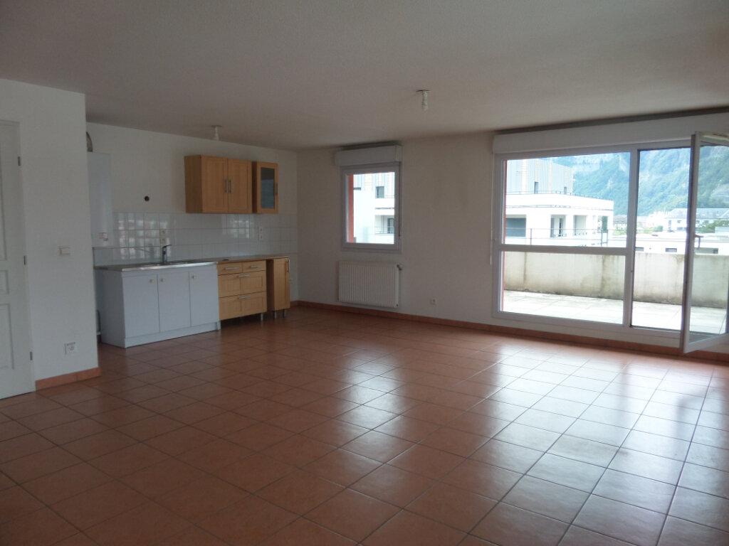 Appartement à louer 3 66.36m2 à Cluses vignette-1