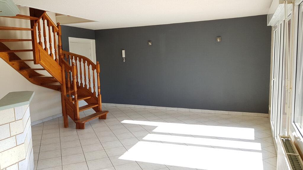 Appartement à louer 3 63.6m2 à Cluses vignette-2