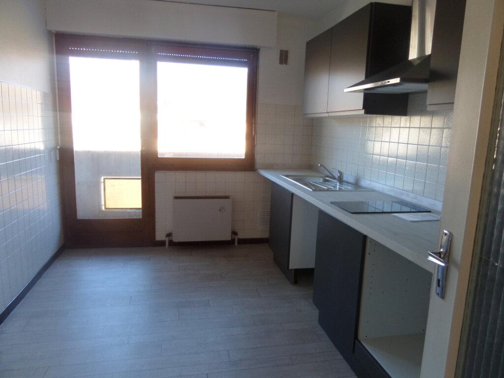 Appartement à louer 4 91.84m2 à Cluses vignette-2