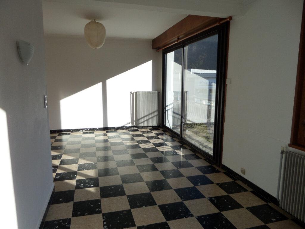 Appartement à louer 3 67.2m2 à Cluses vignette-3