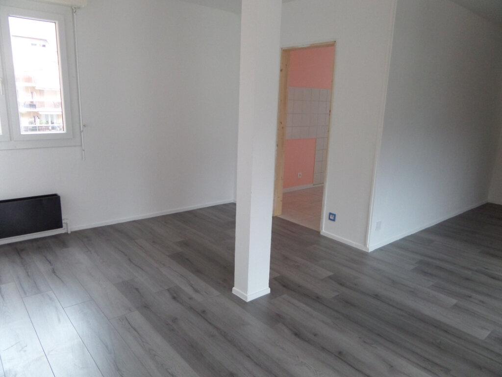 Appartement à louer 4 86.66m2 à Cluses vignette-2