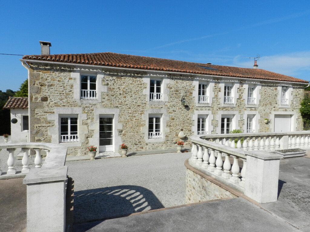 Maison à vendre 18 480m2 à Montbron vignette-1