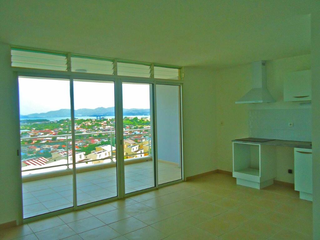 Appartement à louer 3 61.82m2 à Fort-de-France vignette-1