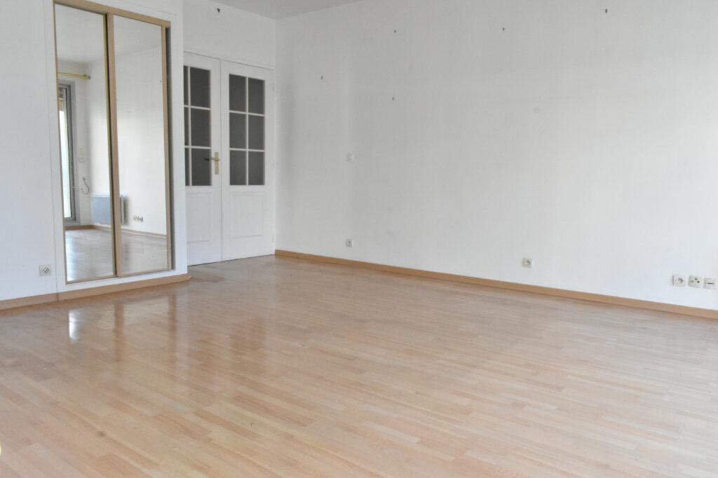 Appartement à louer 3 61.97m2 à La Rochelle vignette-3