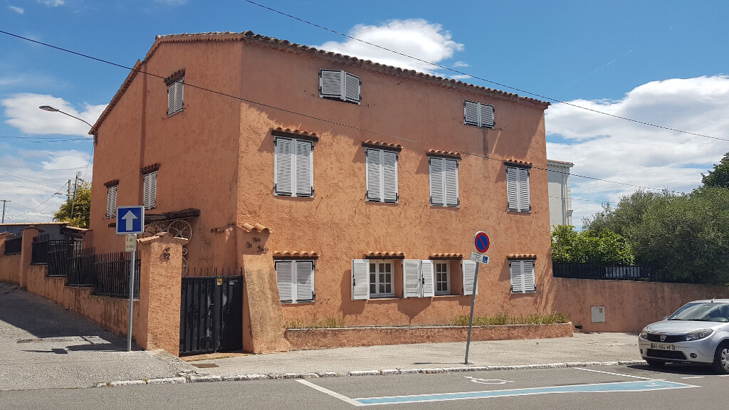 Maison à vendre 8 240m2 à Villeneuve-Loubet vignette-1