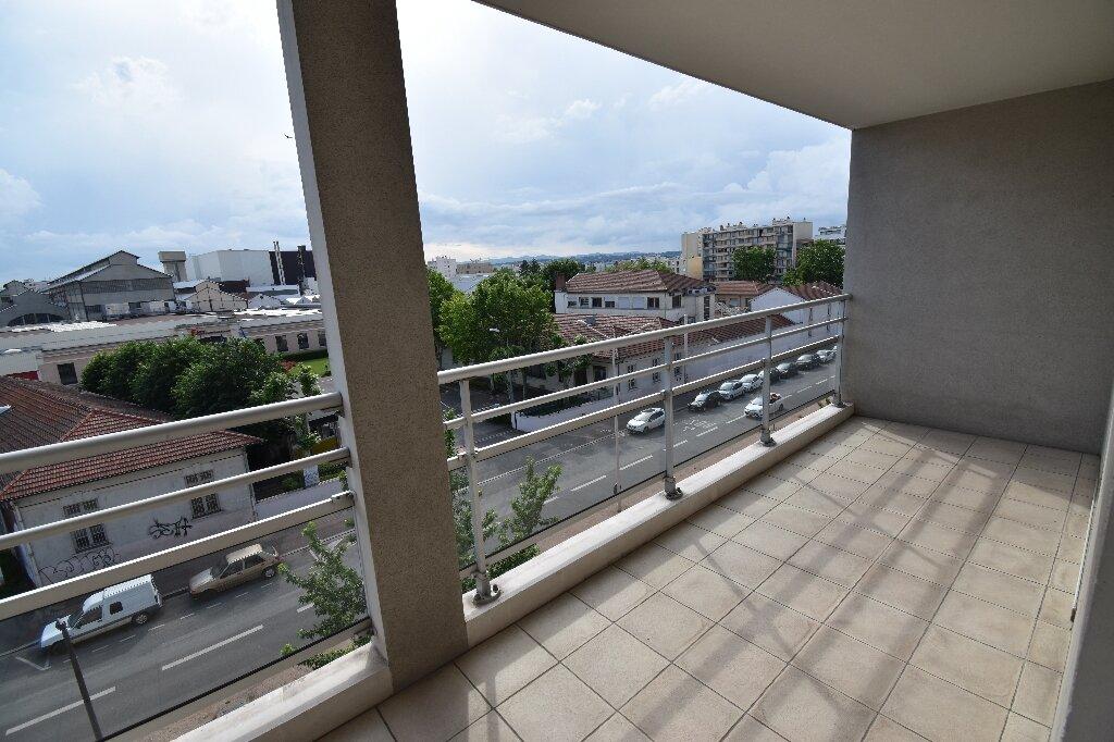 Appartement à louer 3 66.5m2 à Lyon 8 vignette-1