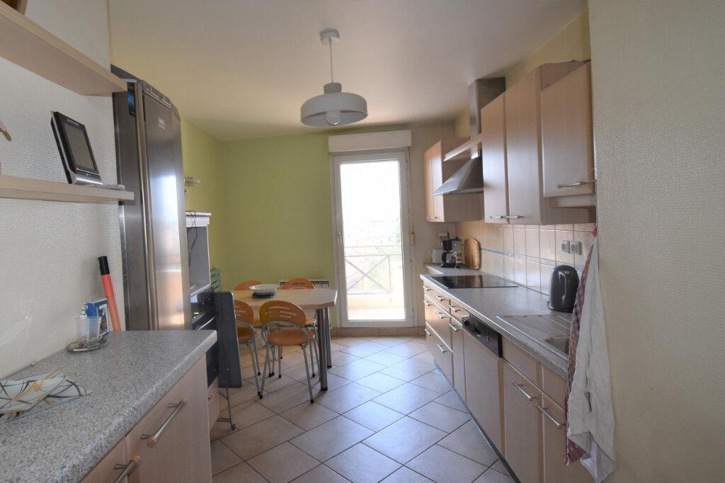 Appartement à louer 4 105m2 à Lyon 8 vignette-5