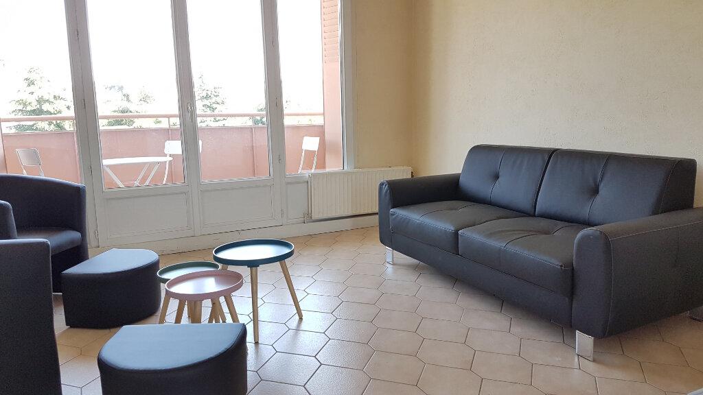 Appartement à louer 4 66.37m2 à Bron vignette-1